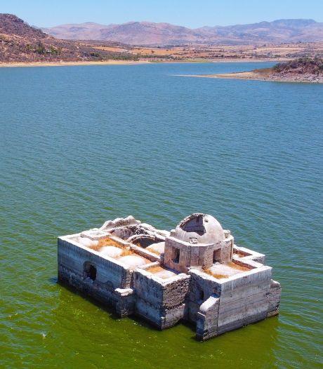 Les images d'un temple historique sorti de l'eau à cause de la sécheresse