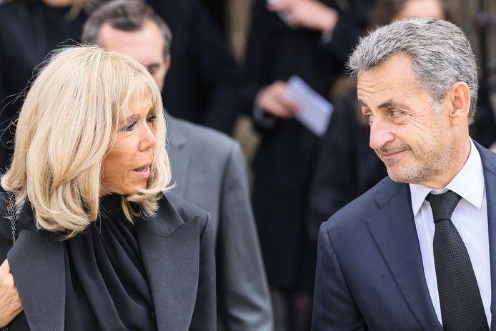 Brigitte Macron, l'épouse du président français, s'entretient avec l'ancien président français Nicolas Sarkozy à la sortie de la messe à la mémoire de Bernard Tapie
