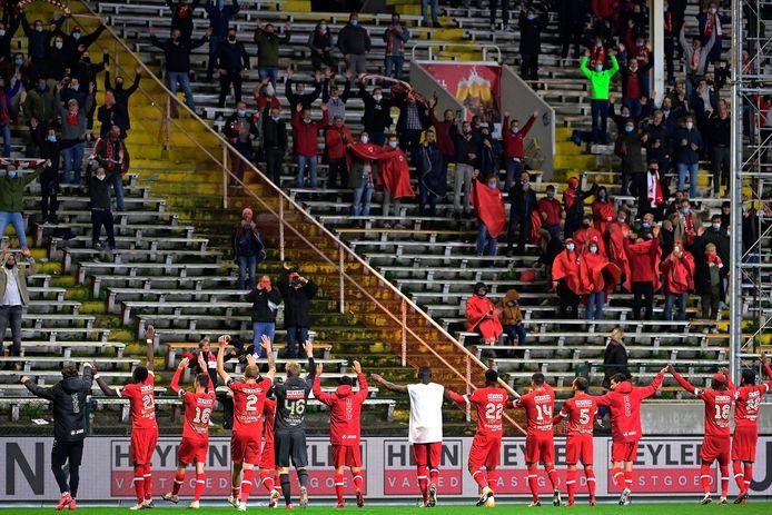 Een archiefbeeld: de spelers van Antwerp vieren een overwinning met hun trouwe achterban.