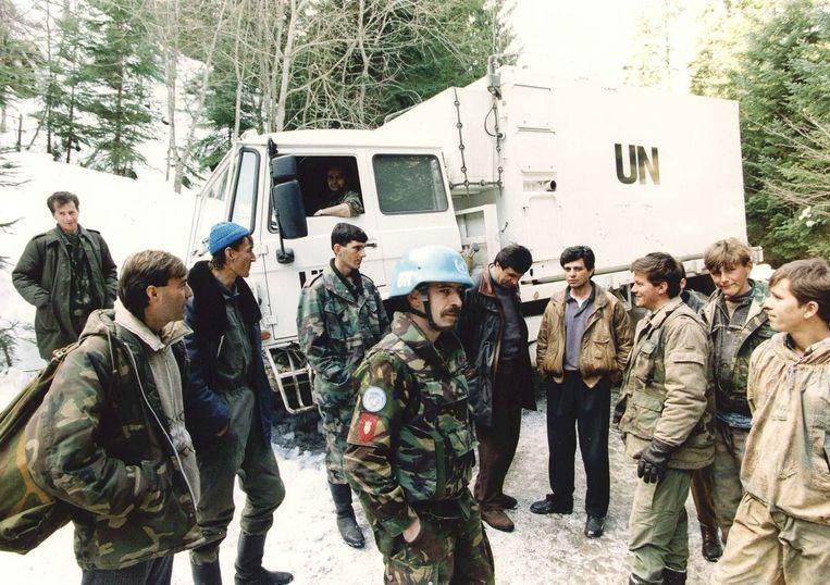Nederlandse militairen in gesprek met Bosnische moslimstrijders in Vares, maart 1994. Beeld ANP