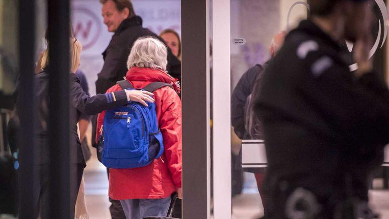 Nederlanders die vanuit Nepal zijn aangekomen op Rotterdam Airport worden herenigd met hun familie. Beeld anp