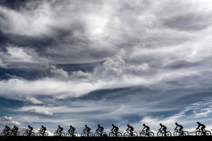 Wielrenners rijden in een lang lint tijdens een van de etappes van de 76e Parijs-Nice wielerwedstrijd tussen Salon de Provence en Sisteron. Foto Jeff Pachoud/afp