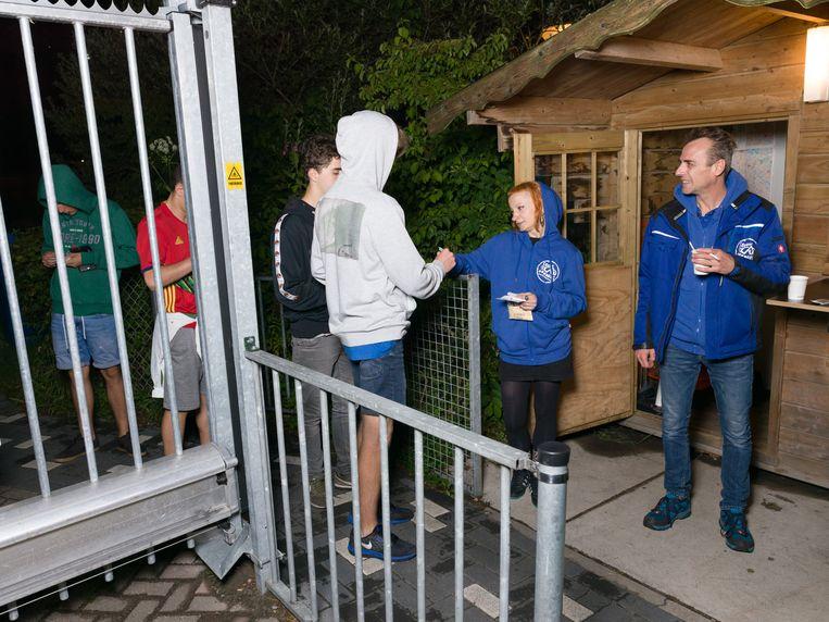 Edwin van Nieuwenhuijse (rechts) verwelkomt jonge gasten bij de ingang van Camping Zeeburg.  Beeld Ivo van der Bent
