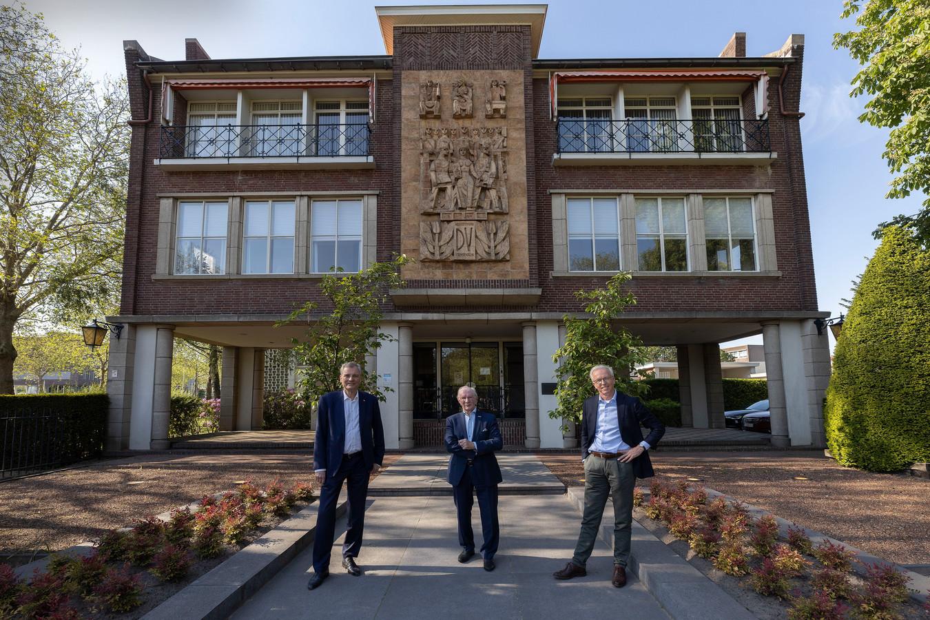 Eric van Schagen, Peter-Louis Vrijdag en Henk Nota (van links naar rechts) voor het gebouw van het 116-jarige Vrijdag Premium Printing in Eindhoven.