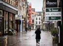 Weinig winkelend publiek in een winkelstraat in het centrum van Haarlem.