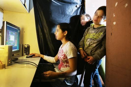 Ondanks de verre van ideale situatie, maakt de familie er het beste van. Zo staat er een computer in het huisje.