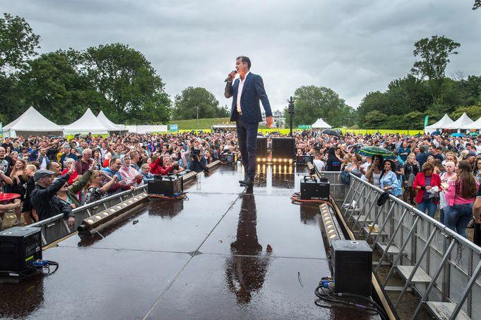 OOSTERHOUT - John de Bever in actie in de regen tijdens Oosterhout Live 2019.