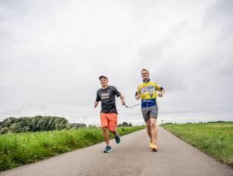 """Blinde Raphäel (43) loopt zaterdag halve triatlon met gids Jean-Louis (24): """"Ik let zo hard op zijn benen dat ik zelf al viel"""""""