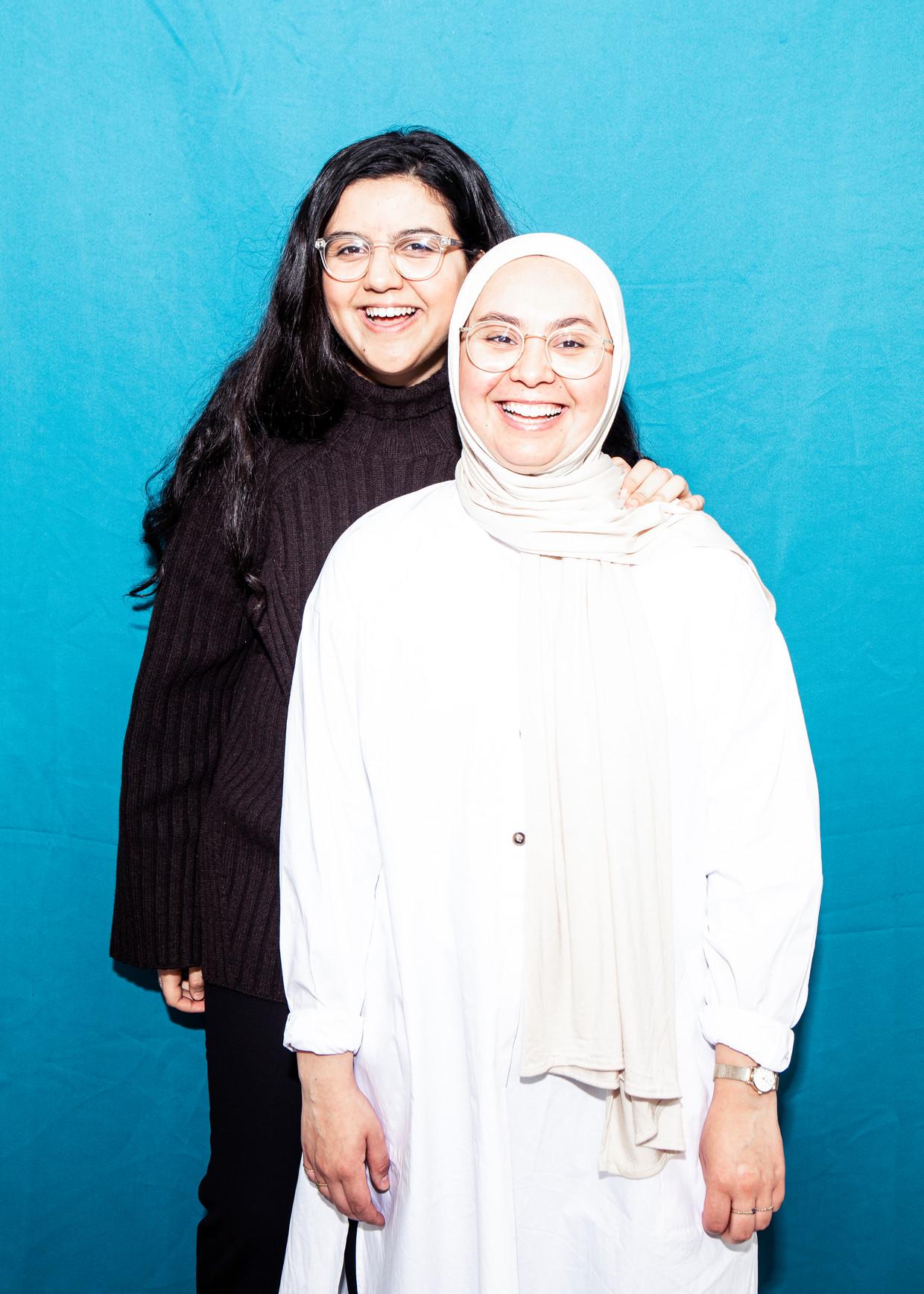 Najoua Sabbar (links): 'Marokko is voor mij een vreemd land. Ik ken de taal en de cultuur helemaal niet.'  Beeld Hilde Harshagen