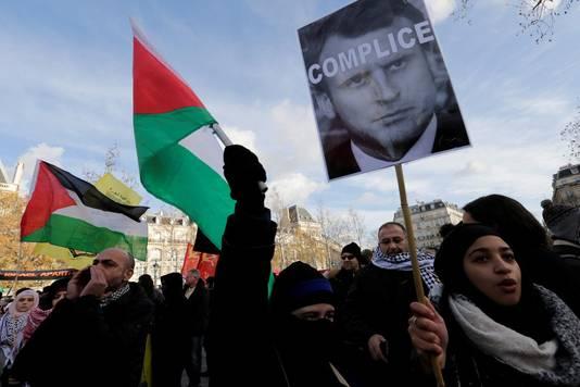 Des manifestants se sont réunis samedi à Paris pour protester contre la rencontre prévue entre Emmanuel Macron et Benjamin Netanyahu.