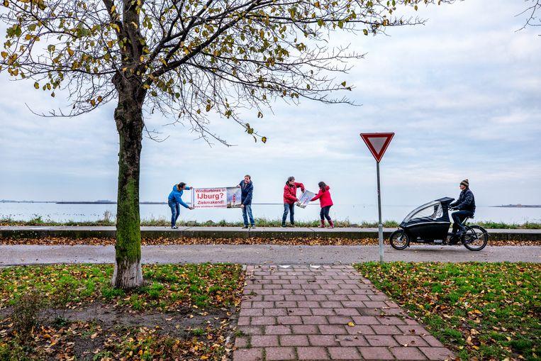 Amsterdam IJburg-actievoerders tegen windmolens op de plek waar windmolens moesten komen.  Beeld Raymond Rutting / de Volkskrant