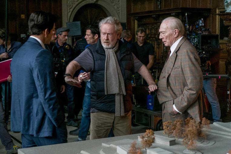 Ridley Scott staat op de set tussen acteurs Mark Wahlberg (links) en Christopher Plummer (rechts). Beeld ap