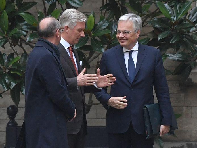 Le roi Philippe, entouré de Johan Vande Lanotte et Didier Reynders