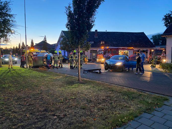 De ravage op het kruispunt in Duiven is groot na de aanrijding.