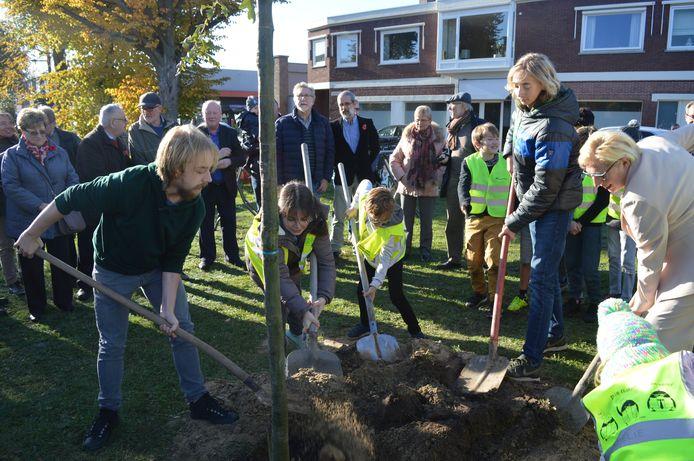 Leerlingen van alle Zelzaatse school plantten op 8 maart 2018 samen een Vredesboom.