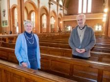Pater Thaddy en parochiaan Trudy nodigen mensen uit in de kerk en brengen de kerk naar de mensen
