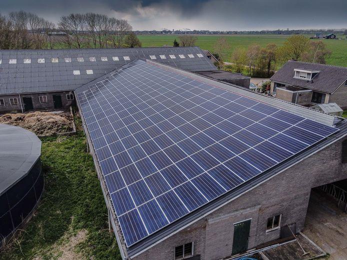 Energiecoöperatie Opgewekt Drimmelen heeft zonnepanelen gelegd op het dak van de schuur van melkveebedrijf Koorevaar in Lage Zwaluwe.
