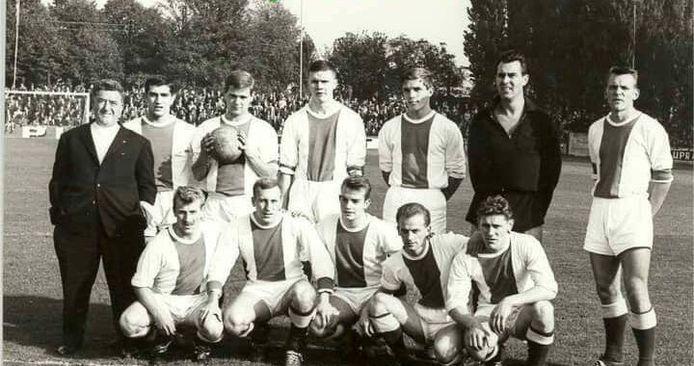 Jozef Cavens (uiterst rechts op deze foto) speelde dik tien jaar in de eerste ploeg van Racing Mechelen.