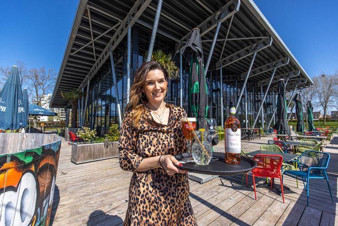 Romy Meijer van Parkpaviljoen de Wezenlanden is klaar voor de opening van haar terras.