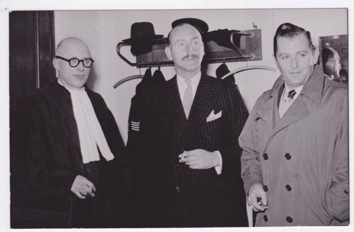 Sweder graaf van Rechteren Limpurg (midden) en Raymond Westerling (rechts) tijdens de zitting in Arnhem op 18 april 1952. Links de advocaat van de Hummelose graaf.
