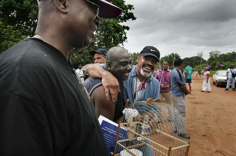 Bouterse op campagne in het dorp Pikin Saron tijdens de verkiezingen van 2005. Vijf jaar later lukte het hem voor het eerst president te worden. Tussen 1980 en 1991 was hij, als legerleider, de machtigste man van Suriname. Beeld de Volkskrant/ Guus Dubbelman