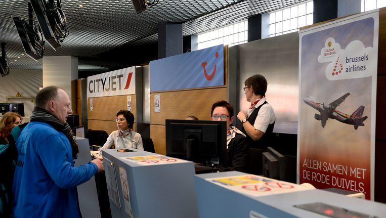 Reizigers aan de incheckbalie in de luchthaven van Deurne, vorige week donderdag. Beeld BELGA