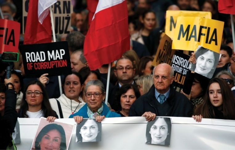 'Hoofdstad Valletta is het slagveld geworden van een strijd tussen de overheid en de demonstranten, aangevoerd door Daphnes bejaarde ouders.' Beeld