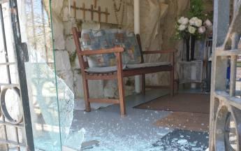 De glazen deur van de Mariagrot in Heinkenszand is vernield