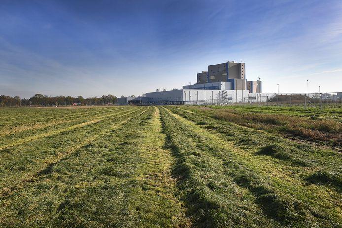 De Nutricia-fabriek op de achtergrond. Op de braakliggende grond naast de fabriek komt een nieuw distributiecentrum. Linksboven ligt de A73.