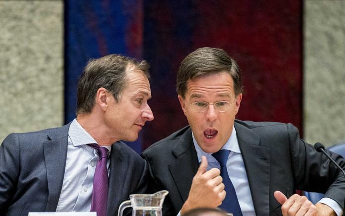 Premier Mark Rutte en Minister Eric Wiebes van Economische Zaken en Klimaat (VVD) tijdens het Tweede Kamerdebat over de omstreden memo's rond de afschaffing van de dividendbelasting.