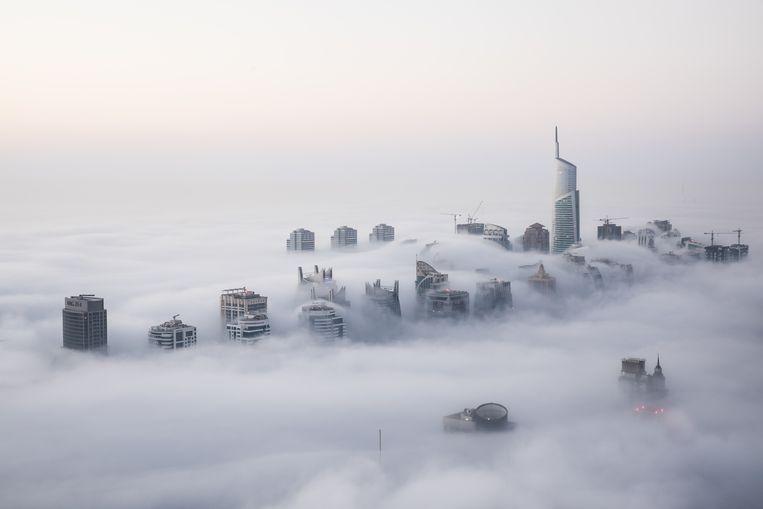 De wolkenkrabbers van Dubai verheffen zich boven de – zelden voorkomende – winterse ochtendmist. De rol van internationale criminele uitwijkplaats is langzaam uitgespeeld.  Beeld Shutterstock
