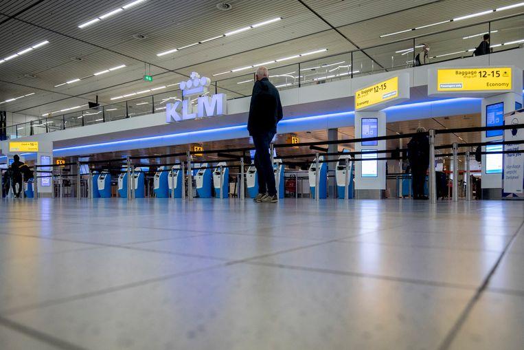 Verlaten KLM-balies op Schiphol. KLM zit diep in de rode cijfers en steggelt met minister Hoekstra over de beloofde staatssteun. Beeld BSR Agency