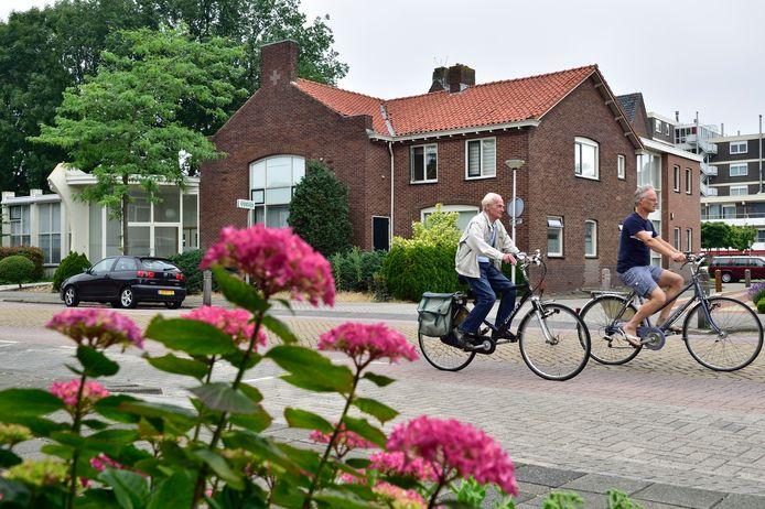 Het voormalige 't Trefpunt in Waddinxveen waar de sekte van Wim Griffioen in het verleden heeft gezeten. De mannen op de foto komen niet in het verhaal voor.