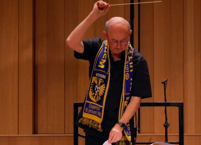 Phion-dirigent Jurjen Hempel getooid met Vitesse-sjaal als zijn orkest 'Geel en zwart zijn onze kleuren' speelt.