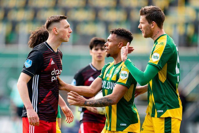 Michiel Kramer (rechts) was tegen Feyenoord weer eens bij een opstootje betrokken. De spits van ADO Den Haag heeft dit seizoen evenveel gele kaarten als doelpunten achter zijn naam: vijf.