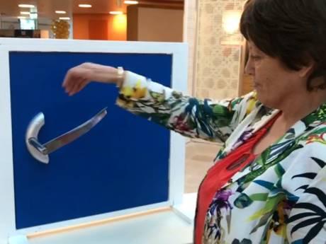 Gepensioneerde verpleegkundige ontwerpt bijzondere deurklink die nu wel erg van pas komt
