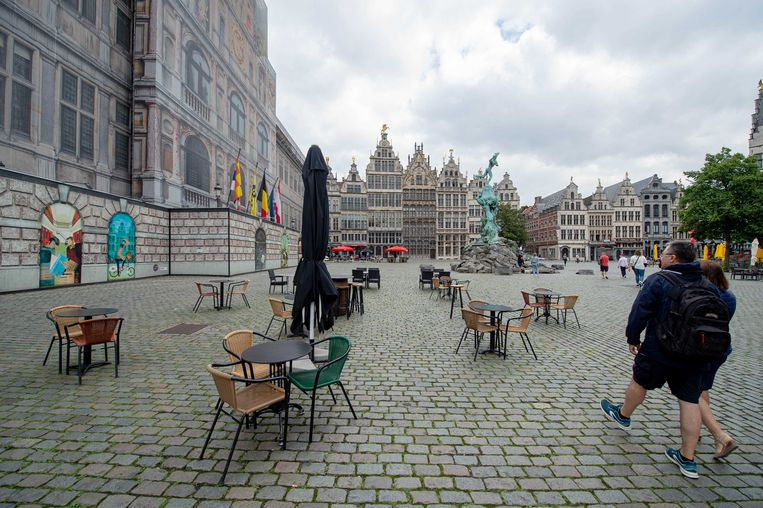 Bijna verlaten winkelstraten en toeristische locaties in de binnenstad van Antwerpen.  Beeld ANP