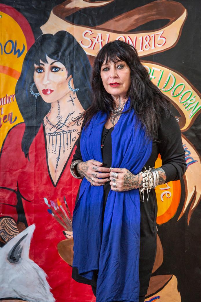 Louise Schiffmacher in haar atelier in Amsterdam, waar ze werkt aan schilderijen voor de tentoonstelling in Apeldoorn, vanaf 23 september 2018