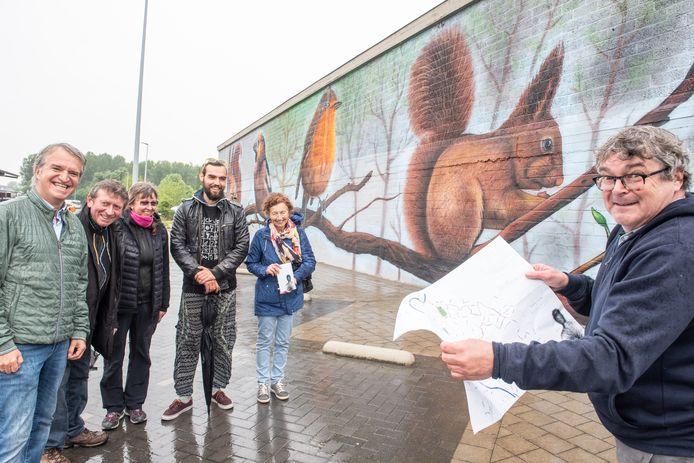 De initiatiefnemers bij een van de blikvangers op de route: een werk van streetartkunstenaar Nigel Leirens.