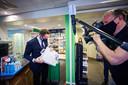 Demissionair minister Hugo de Jonge (VWS) schaft een zelftest aan bij een apotheek.
