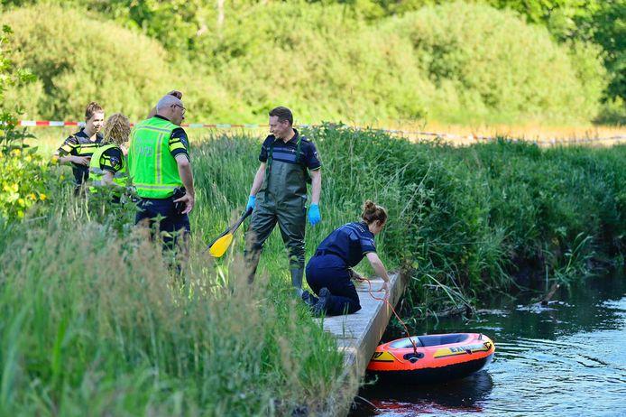 Politie doet onderzoek in De Dommel waar het lichaam werd gevonden.
