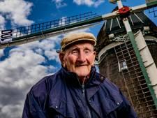 Molenaar Frits is 100 jaar, maar het werk in Wenum-Wiesel overdragen aan een vrijwilliger? Geen denken aan. 'Dat zijn mooiweermolenaars'