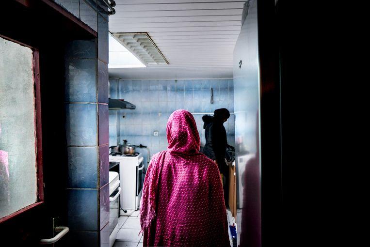 Een Somalisch gezin woont voor 900 euro per maand in een onderkomen huis. Ze moeten het  binnenkort verlaten, terwijl ze niets anders vinden. Beeld Eric de Mildt