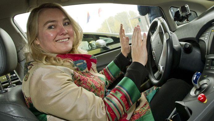 Minister Melanie Schultz van Haegen in een zelfrijdende auto.