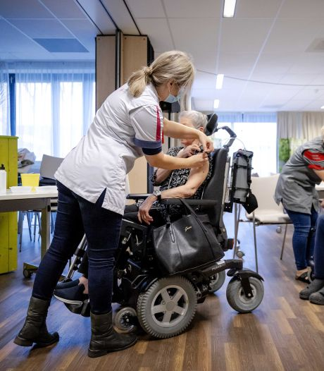 Knuffelen mag in bijna geen enkel verpleeghuis: 'Zo veel bewoners gevaccineerd, er kan meer'