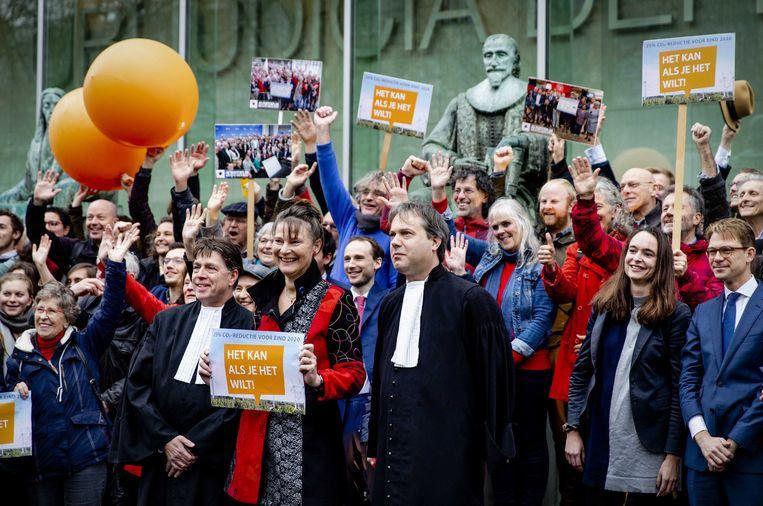 Directeur Marjan Minnesma van Urgenda viert met aanhangers op 20 december 2019 de uitspraak van Hoge Raad  waarin is gevonnist dat het kabinet meer moet doen aan klimaatverandering. Beeld EPA