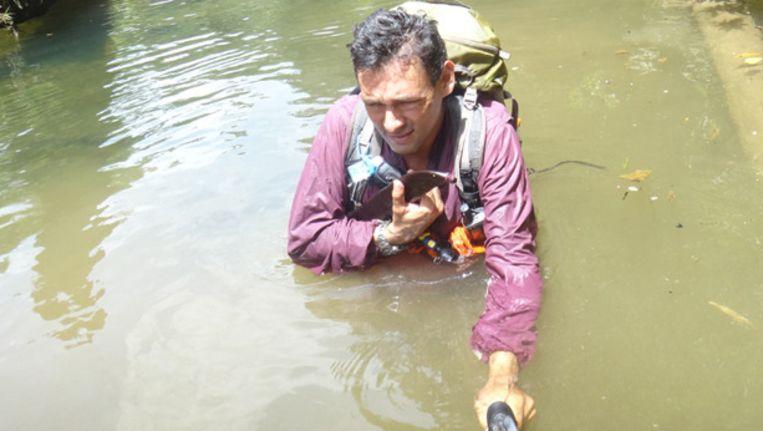 Junglespecialist Rick Morales op een van zijn trektochten door de Panamese jungle. Beeld Privéfoto/TransPanama.org