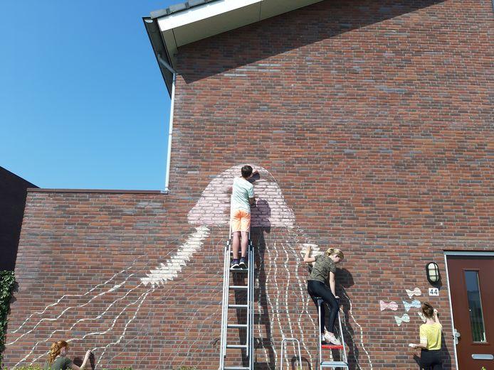 Vijf kinderen in Breda maken de meest prachtige krijtkunst op muren in de wijk Waterdonken en Geeren-Noord. Hier zijn vier van de vijf aan het werk in de Waterdonken. V.l.n.r. Sita, Finn, Nienke en Femke.