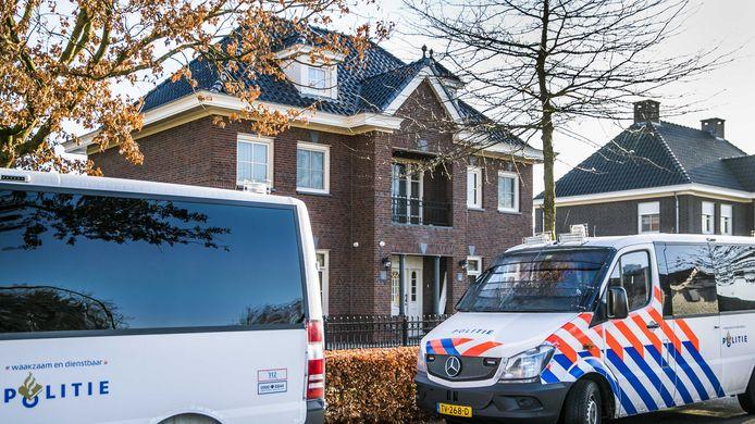 Voor de tweede keer in korte tijd stond de politie gisteren op de stoep aan de Koolzaadweg in Berghem, bij één van de woningen van 'godfather' Martien R.