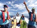 Veldonderzoek naar dolfijnen bij de Azoren, in de zomer van 2020. Links op de foto Fadia Al Abbar.